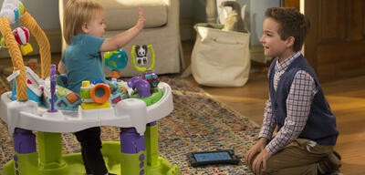 Fuller House: Thomas zeigt seinem Bruder, wie viel er pro Episode verdient - fast.