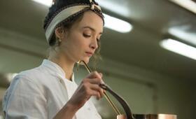 Charlotte Le Bon in Madame Mallory und der Duft von Curry - Bild 14