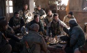12 Strong mit Chris Hemsworth, Michael Shannon und Michael Peña - Bild 1