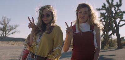 Ingrid Goes West und posiert für die Kamera