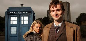 Bild zu:  Der TARDIS, Billie Piper und David Tennant