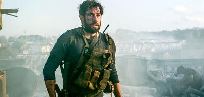 John Krasinski in 13 Hours - The Secret Soldiers of Benghazi