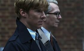 Gemeinsam gegen alle: Peter Guillam (Benedict Cumberbatch) und George Smiley (Gary Oldman) - Bild 15