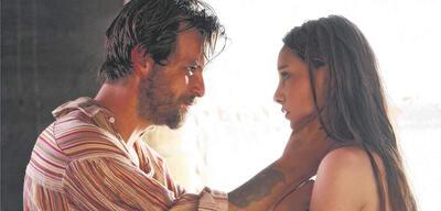 Gethin Anthony & Emma Dumont in Aquarius