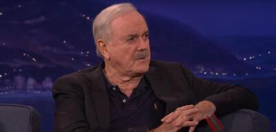 John Cleese während eines Auftritts in Conan O'Briens Late Night-Show