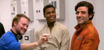 Bild zu:  Rian Johnson beim Dreh von Star Wars 8 neben John Boyega und Oscar Isaac