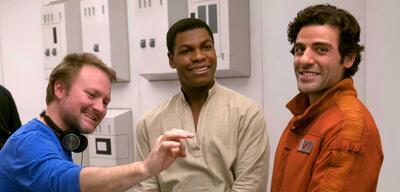 Rian Johnson beim Dreh von Star Wars 8 neben John Boyega und Oscar Isaac
