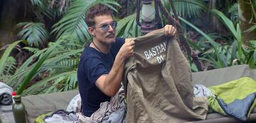 Chris Töpperwien im Bett mit Bastians Hemd
