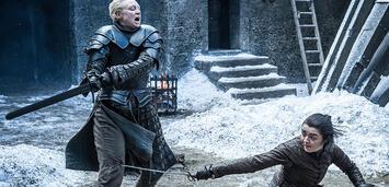 Bild zu:  Brienne of Tarth und Arya Stark im Kampf