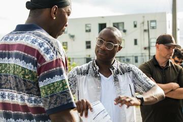 "v.l. Mahershala Ali & Barry Jenkins bei den Dreharbeiten zu ""Moonlight"""