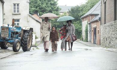 Ein Dorf sieht schwarz mit Aïssa Maïga und Marc Zinga - Bild 4
