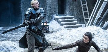Arya hält locker mit Brienne mit