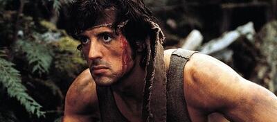Sylvester Stallone nimmt den Feind im Dschungel ins Visier