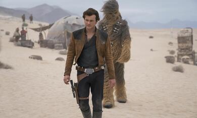 Solo: A Star Wars Story mit Alden Ehrenreich und Joonas Suotamo - Bild 2