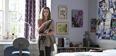 Emma Watson als Hermine in ihrem Zimmer in London