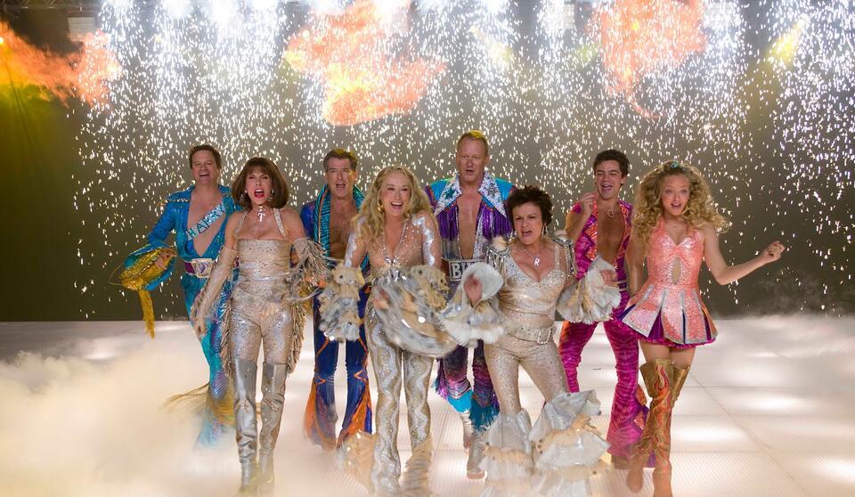 Mamma Mia! mit Meryl Streep, Colin Firth, Amanda Seyfried, Pierce Brosnan, Stellan Skarsgård, Dominic Cooper, Julie Walters und Christine Baranski