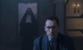 The Nun mit Demián Bichir - Bild 4