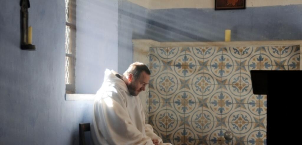 Bruder Christophe (Olivier Rabourdin) sucht im Gebet Hilfe bei Gott.