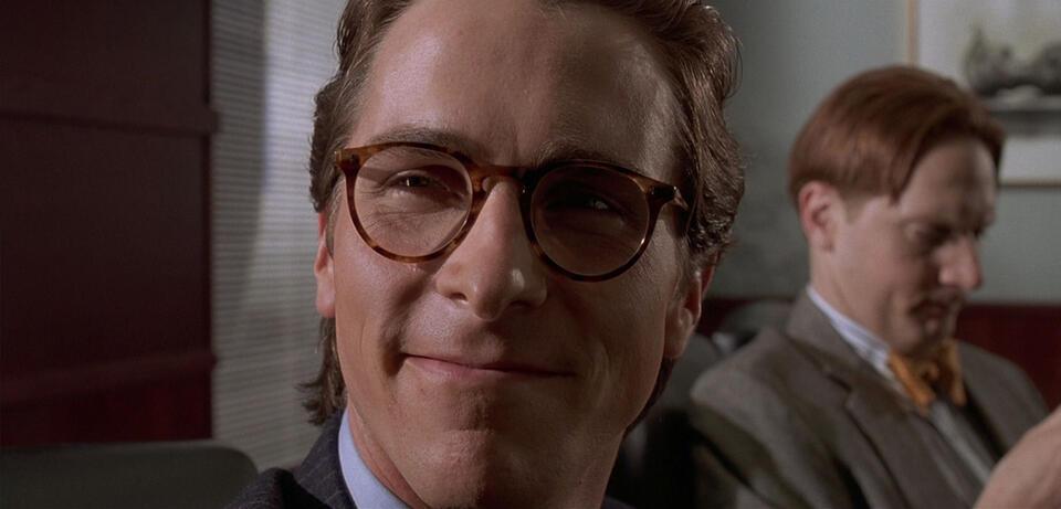 Ein wissend grinsender Christian Bale inAmerican Psycho