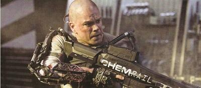 Matt Damon mit Glatze und Wumme.