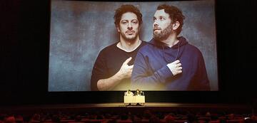 Christian Ulmen und Fahri Yardim lesen beim jerks.-Event aus dem Drehbuch.