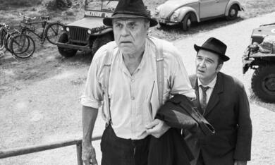 Zwei Herren im Anzug mit Josef Bierbichler und Benjamin Cabuk - Bild 6