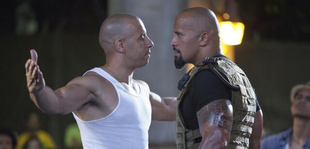 Vin Diesel mit seinen Furious 7-Co-Stars, The Rock und Muskeln