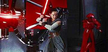 Rey mit Kylo Rens Lichtschwert in Star Wars: Die letzten Jedi