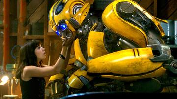 Charlie (Hailee Steinfeld) und Bumblebee