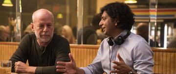 Bruce Willis und M. Night Shyamalan bei den Dreharbeiten zu Glass