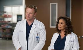 Grey's Anatomy - Staffel 15, Grey's Anatomy - Staffel 15 Episode 20 mit Kevin McKidd und Debbie Allen - Bild 8