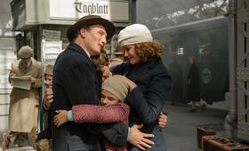 Als Hitler das rosa Kaninchen stahl mit Oliver Masucci, Carla Juri, Marinus Hohmann und Riva Krymalowski - Bild 4