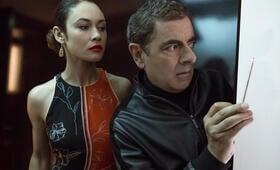 Johnny English - Man lebt nur dreimal mit Rowan Atkinson und Olga Kurylenko - Bild 1