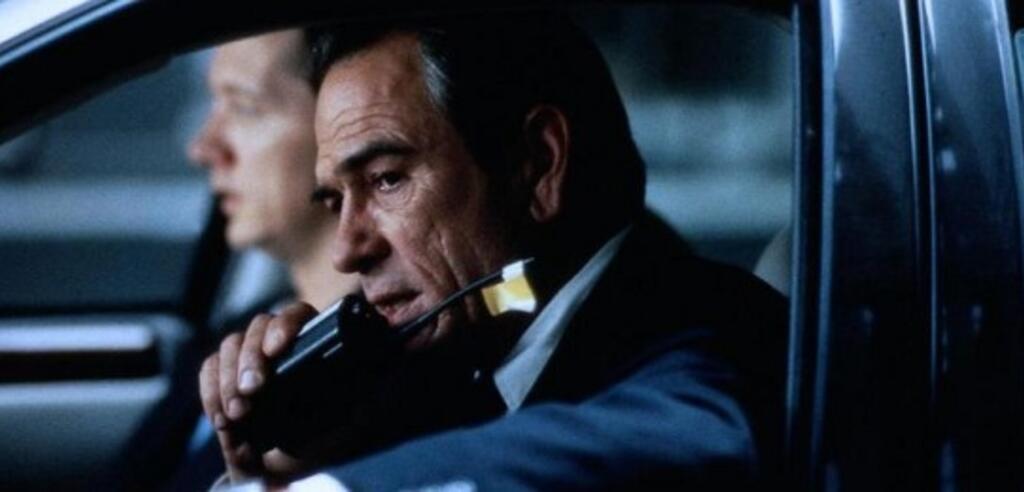 Tommy Lee Jones als Agent in Auf der Jagd.