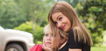 Bild zu:  Sofía Vergara (r.) mit Reese Witherspoon in Miss Bodyguard