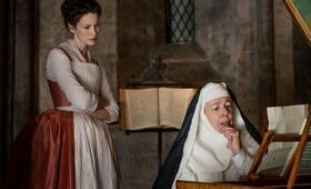 Outlander, Staffel 2 mit Caitriona Balfe und Frances de la Tour - Bild 2