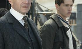 The King's Man - The Beginning mit Ralph Fiennes und Harris Dickinson - Bild 4