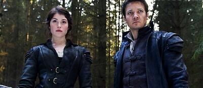 Gemma Arterton und Jeremy Renner als Hexenjäger in Hänsel und Gretel.