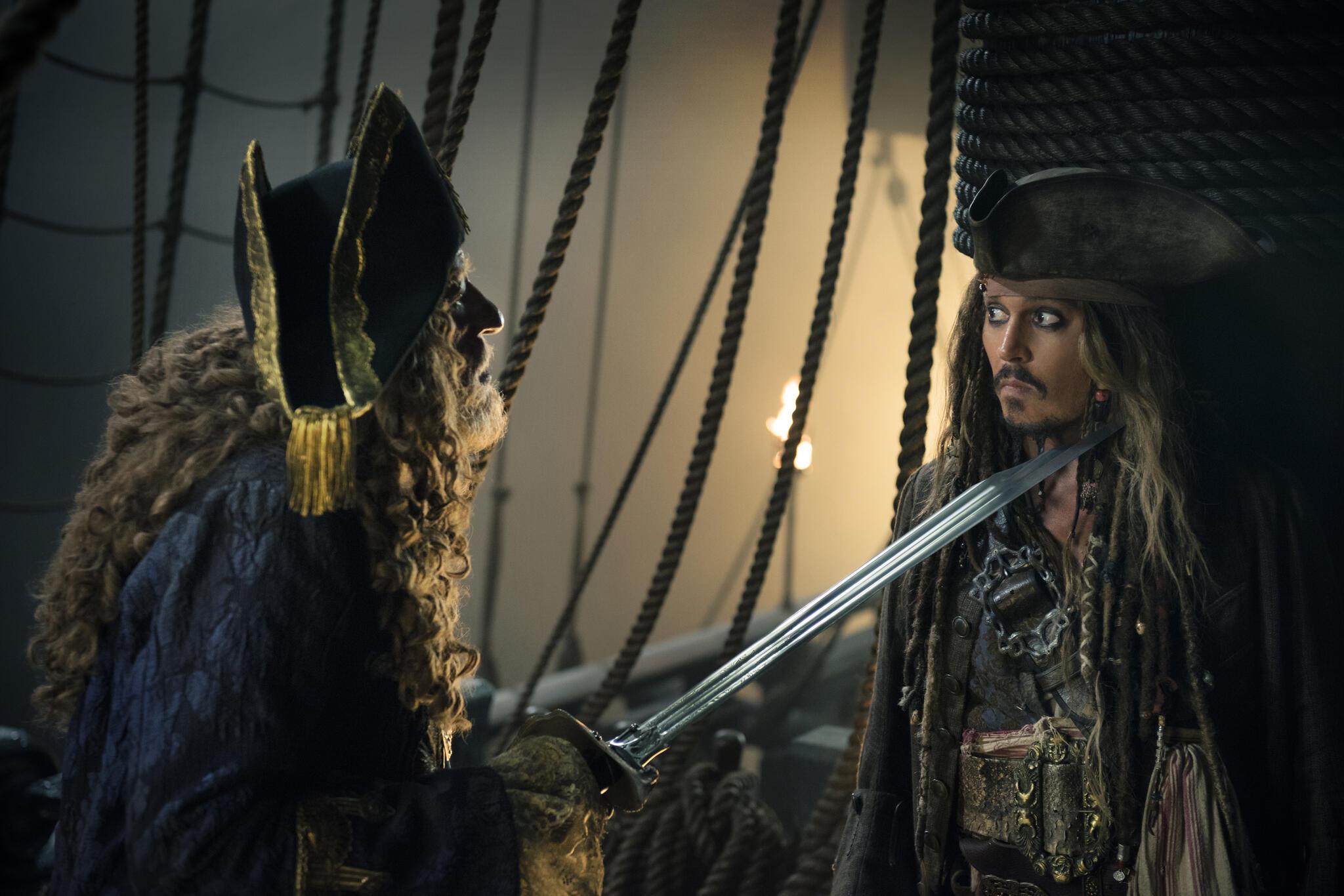 Jack Sparrow wird von Barbossa mit dem Schwert bedroht. Passion of Arts, die 5 BESTEN am DONNERSTAG