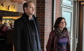 Nord Nord Mord: Sievers und die Frau im Zug mit Peter Heinrich Brix und Julia Brendler - Bild 5