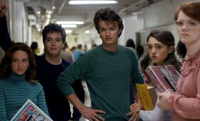 Stranger Things, Staffel 1 mit Natalia Dyer, Chelsea Talmadge, Chester Rushing, Shannon Purser und Joe Keery - Bild 7