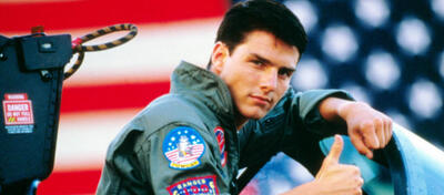 Tom Cruise posiert in Top Gun vor dem Sternenbanner