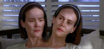 Sarah Paulson mal zwei in American Horror Story: Freak Show