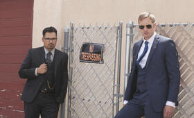 Dirty Cops - War on Everyone mit Alexander Skarsgård und Michael Peña - Bild 41