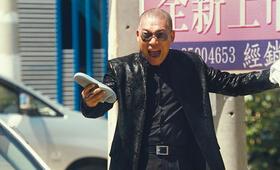 Li (Wang Xin Jun) merkt, dass das Tiger Team ihn hinters Licht geführt hat und ärgert sich maßlos. - Bild 21