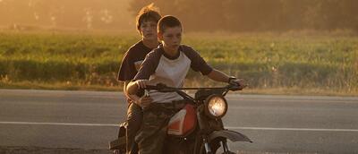 Ellis und Neckbone auf dem Dirtbike