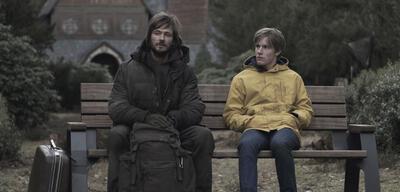 Dark: Ob der Herr links was zu Staffel 2 sagen kann?