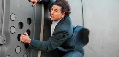 Tom Cruise hängt an einem Flugzeug in Mission: Impossible 5