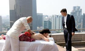Über den Dächern Beijings: Q (Iris Berben) lässt sich von Munroe (Stipe Erceg) Bericht erstatten.  - Bild 17