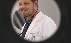 Grey's Anatomy - Staffel 15, Grey's Anatomy - Staffel 15 Episode 25 mit Justin Chambers - Bild 8